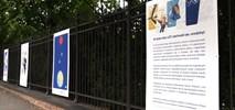 Warszawa: Plakatowa historia LOT-u w galerii plenerowej Łazienek Królewskich