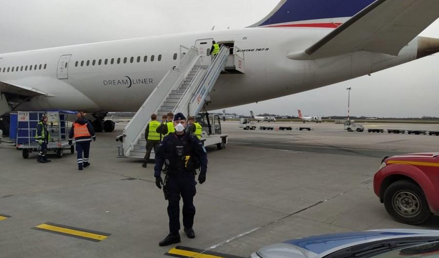 Policja zabezpiecza przyloty na lotnisku im. F. Chopina w ramach #LOTdoDomu