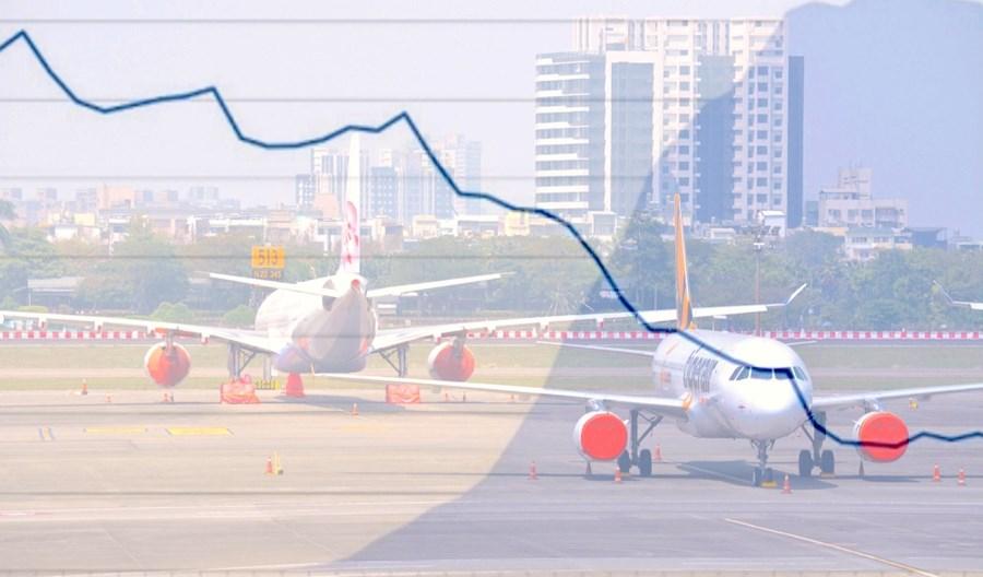 Raport: Epidemia COVID-19 dziesiątkuje liczbę operacji lotniczych