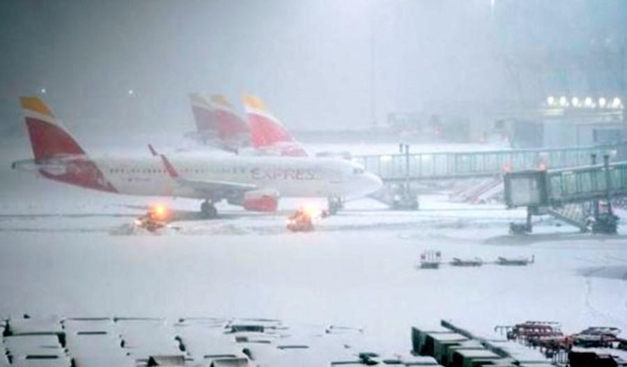 Port Madryt-Barajas wznowił część lotów po burzy Filomena. Nie kursuje wiele pociągów