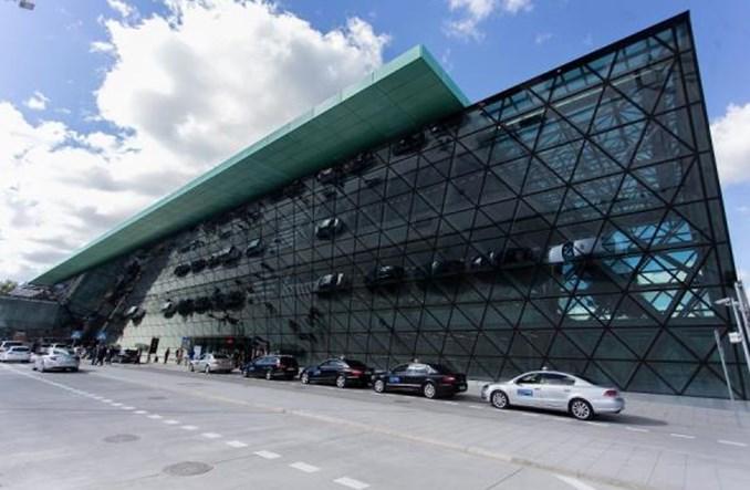 Samochody utknęły na parkingach przy lotniskach. Furgalski: Kwoty idą w setki złotych