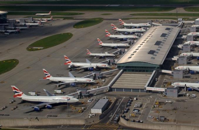 """Prezes British Airways nazywa kolejki na Heathrow """"farsą"""""""