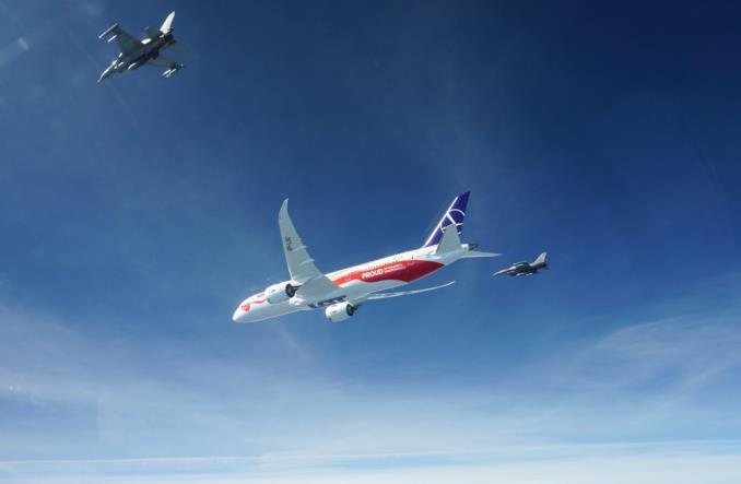 Dreamliner LOT-u w patriotycznym malowaniu już w Warszawie