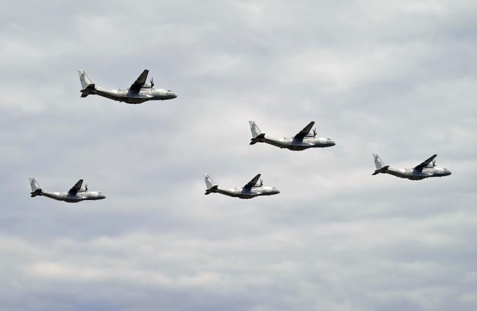 Blisko sto samolotów i śmigłowców w defiladzie lotniczej