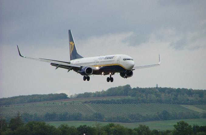 KE zabiera głos w sprawie umów zawieranych przez Ryanair z pracownikami