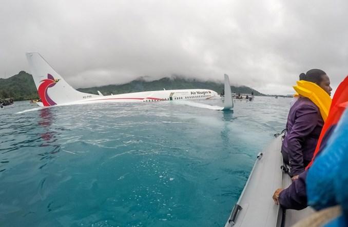 Boeing 737 linii Air Niugini wylądował przed pasem