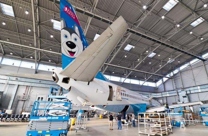 Gigantyczny husky na lotnisku w Jasionce (ZDJĘCIA)