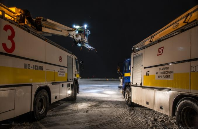 Tak lotniska walczą z zimą! Jak wygląda odladzanie samolotów (Wywiad i zdjęcia)