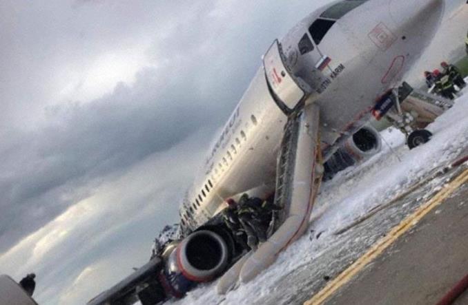 Moskwa: Awaryjne lądowanie Suchoja. Samolot w płomieniach (AKTUALIZACJA)
