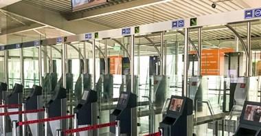 Mazowieckie lotniska: Odprawa w 15 sekund dzięki bramkom biometrycznym