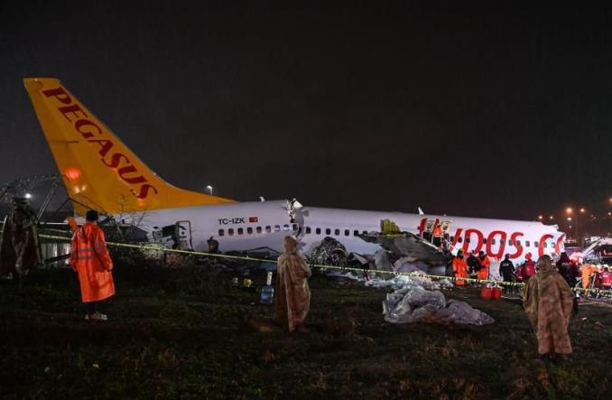 Boeing B737 linii Pegasus wypadł z pasa na lotnisku Stambuł-Sabiha