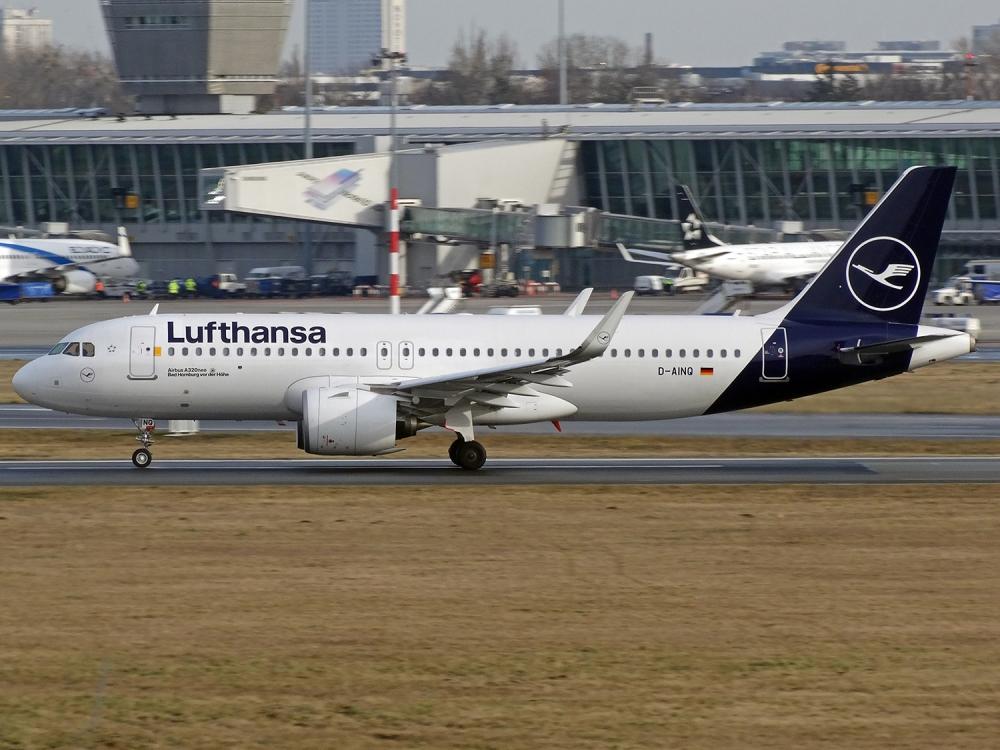 Lufthansa zaszczepi na własną rękę wszystkich pracowników
