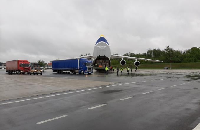 Antonow Rusłan ze środkami ochronnymi wylądował we Wrocławiu
