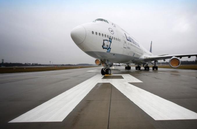 Ponury obraz pandemii. Jumbo Jety zaparkowane na pasie startowym we Frankfurcie (Zdjęcia)