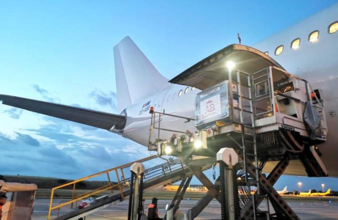 Pilna dostawa lotnicza ponad 160 ton wina i 940 mln puszek