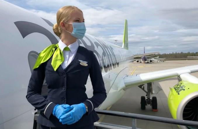 airBaltic przywracają do pracy personel pokładowy. Tylko z wykonanymi szczepieniami