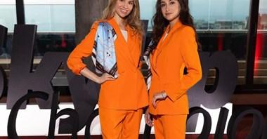 Nowe uniformy dla stewardess SkyUp. Szerokie spodnie zamiast spódnic