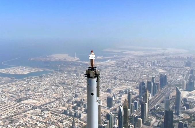 Imponująca reklama Emirates. Stewardessa na czubku Burdż Chalifa!