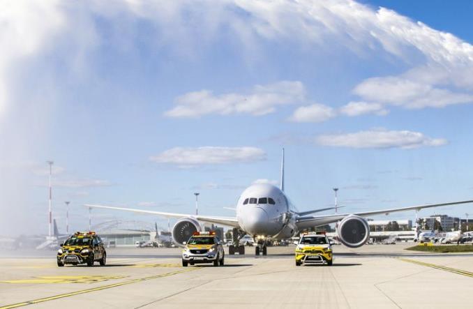 Dreamliner z paraolimpijczykami powitany salutem na Lotnisku Chopina (zdjęcia)